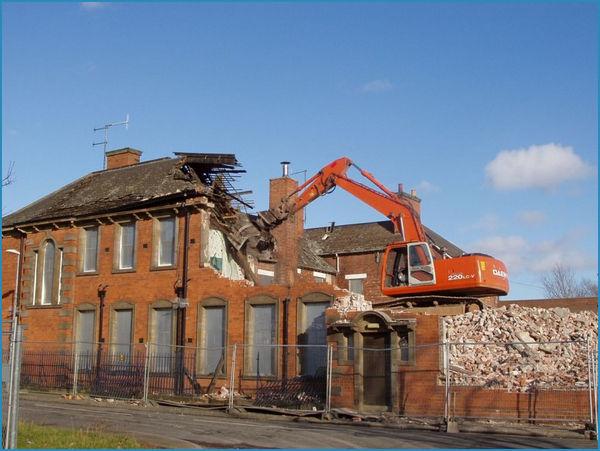 Услуги по сносу зданий из кирпича